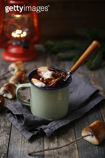 Hot chocolate with fire-roasted marshmallows on wooden table - gettyimageskorea