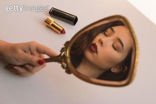 Cropped Hand Holding Mirror With Reflection - gettyimageskorea