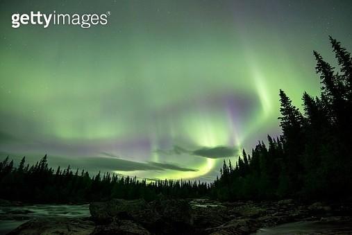 Northern Lights or Aurora Borealis over the river Gamajahka or Kamajakka, Kvikkjokk, Lapland, Sweden - gettyimageskorea