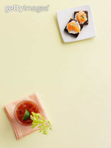 Cocktail with salmon and cheese crackers - gettyimageskorea