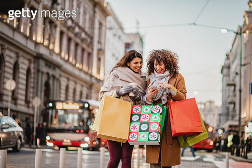 Two female friends in a shopping - gettyimageskorea