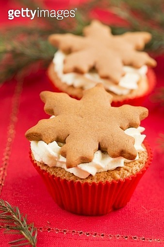 Christmas cupcakes with gingerbread snowflakes - gettyimageskorea