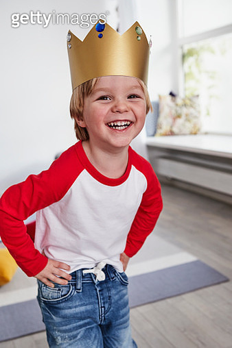 Portrait of young boy, wearing cardboard crown, smiling - gettyimageskorea