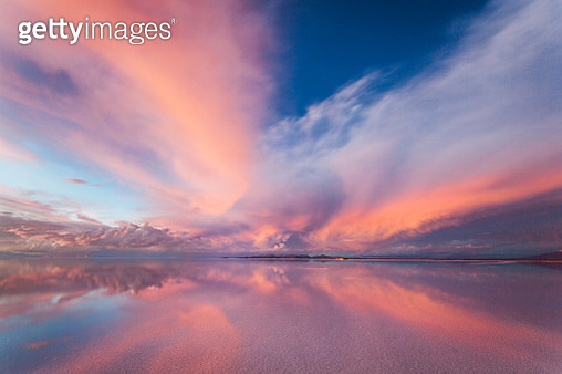 Fantastic sunset colors over the Salar de Uyuni, Bolivia - gettyimageskorea