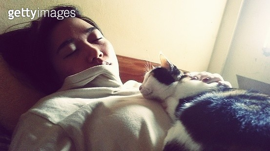 Close-Up Of Woman Sleeping With Cat On Bed At Home - gettyimageskorea