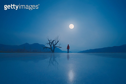 Scenic View Of Frozen Lake Against Blue Sky At Night - gettyimageskorea