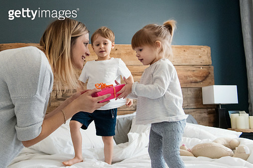 Mother receive gifts during mother's day - gettyimageskorea