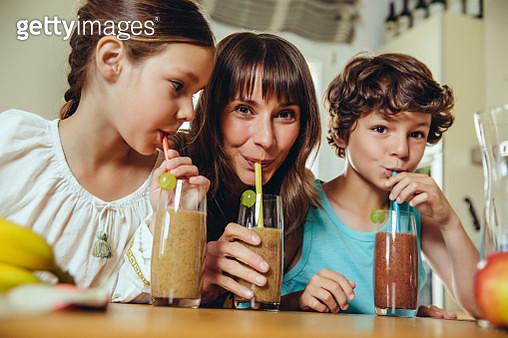 Mother and children enjoying their homemade smoothie - gettyimageskorea