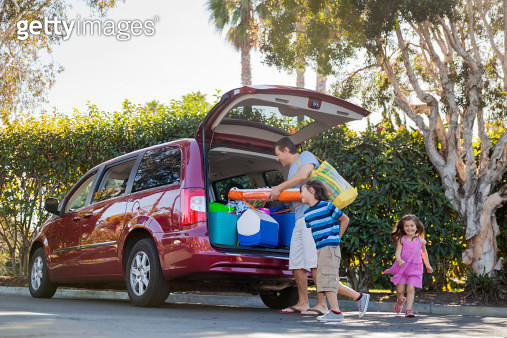 Family packing mini van before vacation - gettyimageskorea