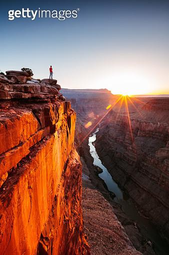 Tourist at Toroweap overlook, North Rim, Grand Canyon National Park, Arizona, USA (MR) - gettyimageskorea