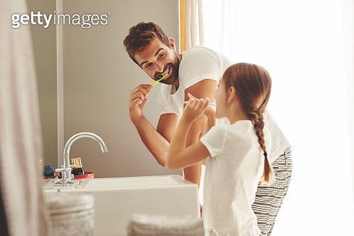 Cropped shot of a handsome young man and his little daughter brushing their teeth in the bathroom - gettyimageskorea