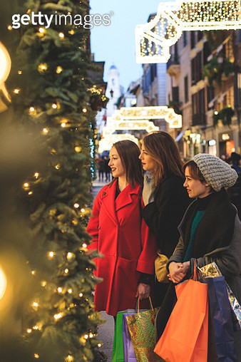Women shopping during christmas in Rome, Italy - gettyimageskorea