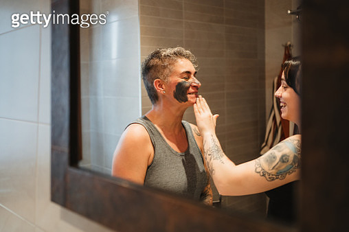 mother and daughter applying a  beauty mask - gettyimageskorea