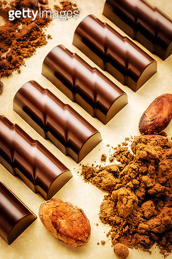Chocolate pieces with cocoa beans and powder - gettyimageskorea