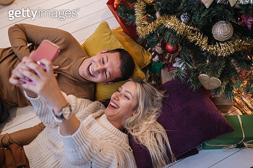 Couple taking a selfie together during new year's eve - gettyimageskorea