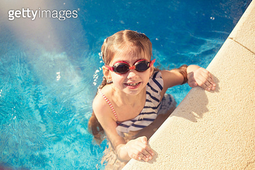 Little girl swimming in the pool. - gettyimageskorea