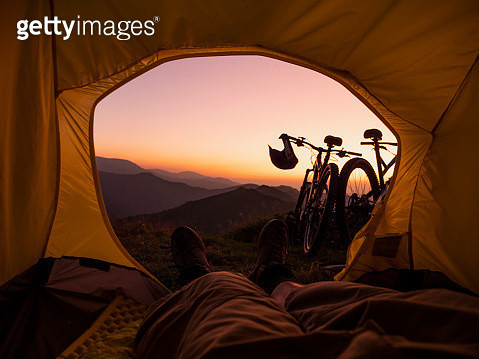 personal perspective of hiker in his tent resting, looking at the sunset and taking a break. - gettyimageskorea