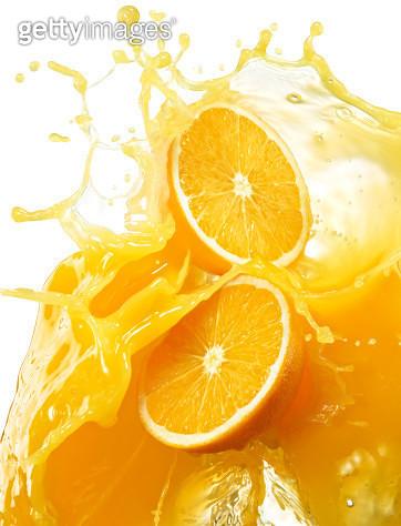 Oranges with splashing orange juice. - gettyimageskorea