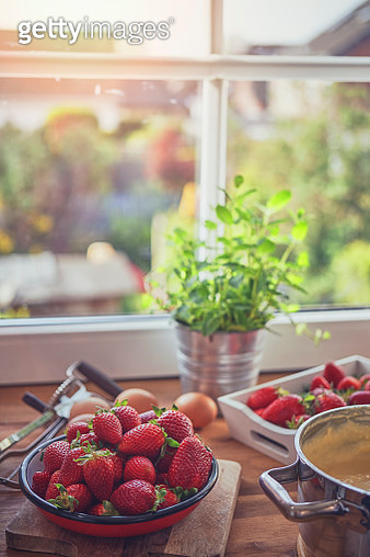 Preparing Strawberry Tart with Vanilla Cream - gettyimageskorea