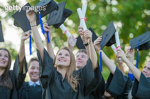 Graduating students throw their mortar boards in the air - gettyimageskorea