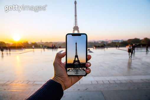 Tourist taking picture of Eiffel Tower with smart phone, personal perspective view, Paris, France - gettyimageskorea