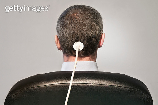 man on chair with cable on head - gettyimageskorea