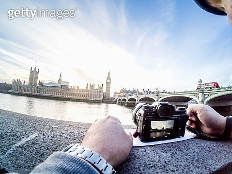 Cropped Image Of Man Photographing Thames River And Big Ben Through Digital Camera - gettyimageskorea