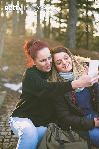 Women taking picture of herself, Lifestyle sunny image best friend girls happy vacations. - gettyimageskorea