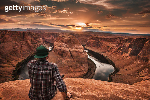 man resting at horseshoe bend in usa - gettyimageskorea