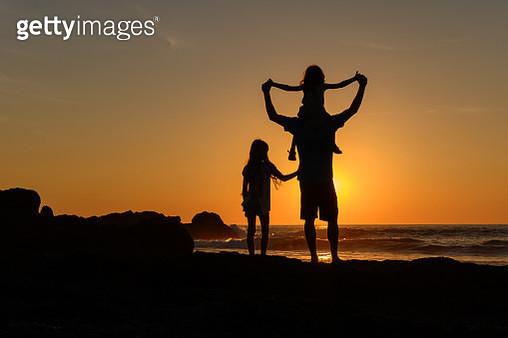Family vacation on Costa Rica's Nicoya Peninsula at sunset - gettyimageskorea
