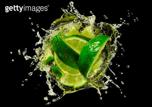 Lime  splashing into Cocktail, close-up. - gettyimageskorea