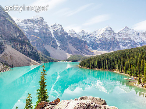 A beautiful capture of the Canadian Rocky Mountains reflected in the crystal clear, mirror like turquoise waters of Moraine Lake. A long exposure allow for the clouds to dramatically blur. - gettyimageskorea