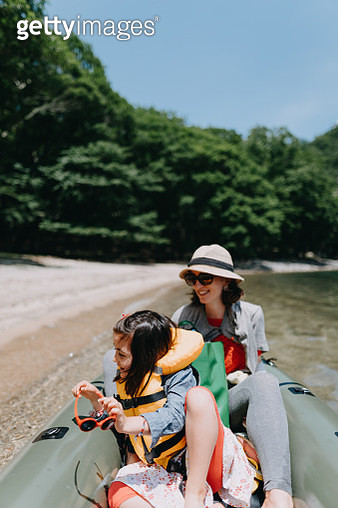 Mother and child enjoying ride on packraft, Lake Chuzenji, Nikko - gettyimageskorea