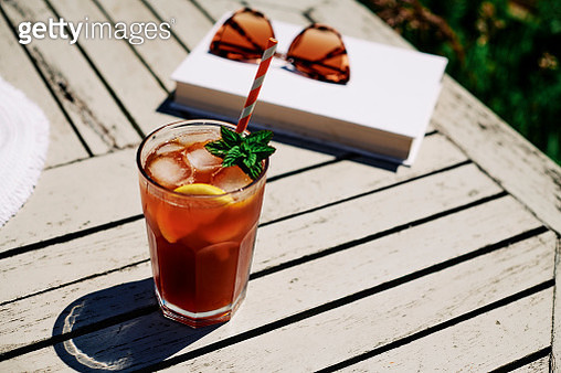Summer Scene, Iced Tea with Lemon and mint on a garden table in bright sunshine. - gettyimageskorea