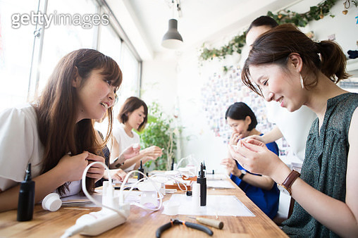 A woman who participates in a workshop and makes accessories - gettyimageskorea