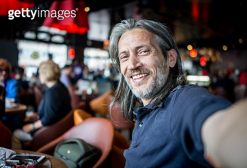 Man in restaurant taking self portrait - gettyimageskorea