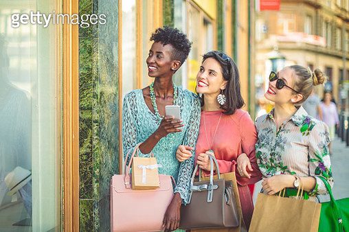 Friends are window shopping and taking selfies - gettyimageskorea