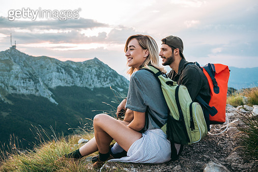 beautiful young couple relaxing after hiking and taking a break - gettyimageskorea