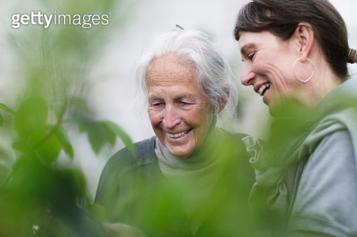 two generations women in garden together - gettyimageskorea