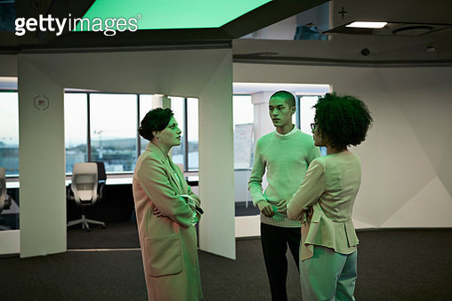 Young creative businesspeople having casual stand up meeting - gettyimageskorea