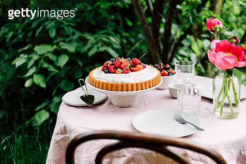 Homemade cheese cake served on table in garden outdoors. Breakfast table ready in garden. - gettyimageskorea