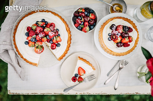 Directly above shot of freshly made fruit cake on table. Cake made of cream cheese, blackberries, raspberries and strawberries. - gettyimageskorea