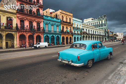 Old car driving up the road in Cuba. - gettyimageskorea