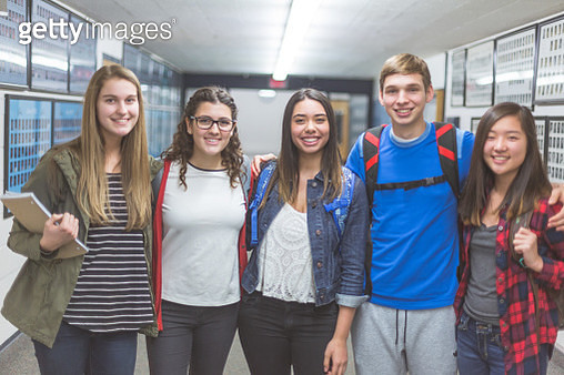 Small group of high school students pose in the hallway - gettyimageskorea