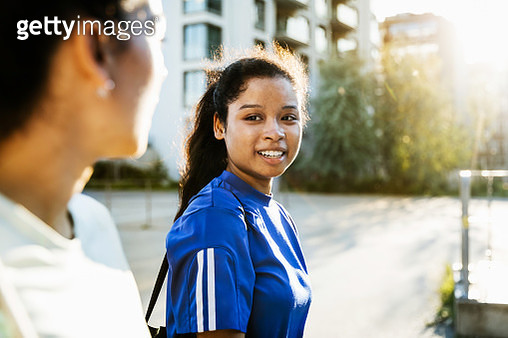 Young Fitness Enthusiast Talking To Colleague - gettyimageskorea