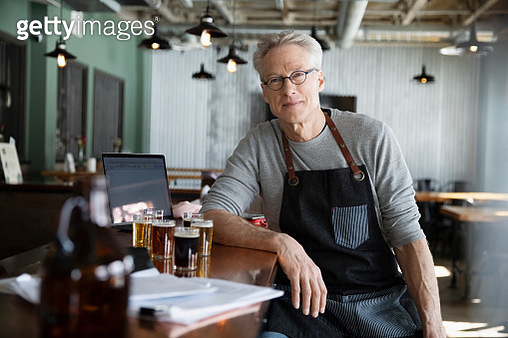 Portrait confident male business owner working in brewhouse - gettyimageskorea