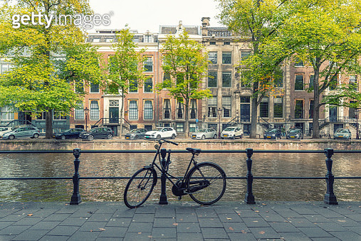 Bicycle in Herengracht canal, Amsterdam - gettyimageskorea