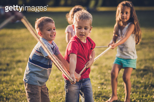 Group of kids pulling a rope - gettyimageskorea