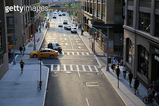 View from above of traffic in streets of Dumbo, Brooklyn, New York City, USA - gettyimageskorea