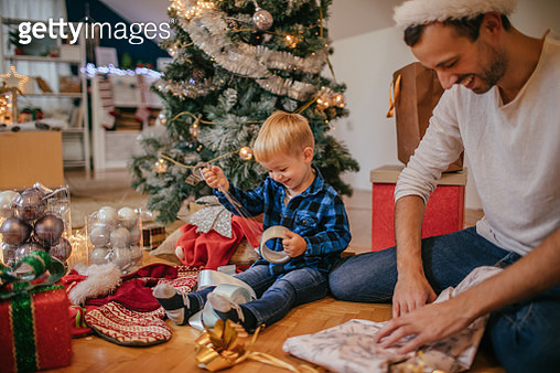 Wrapping Christmas presents with my dad - gettyimageskorea
